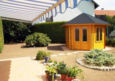 der_gartenbiber__terrasse-mit-gartenhaus